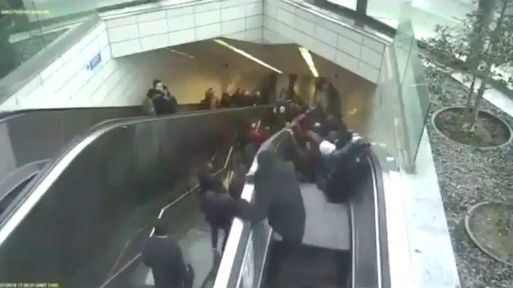 Metroda yürüyen merdiven böyle çökmüş