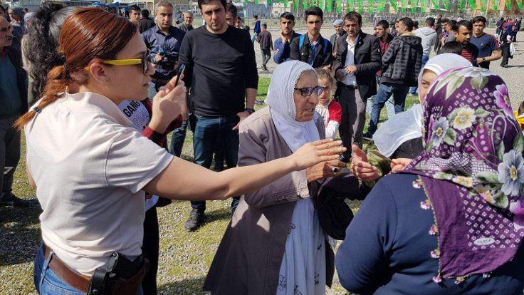 Newroz kutlamasına katılanların kimliklerinin fotoğrafı çekildi