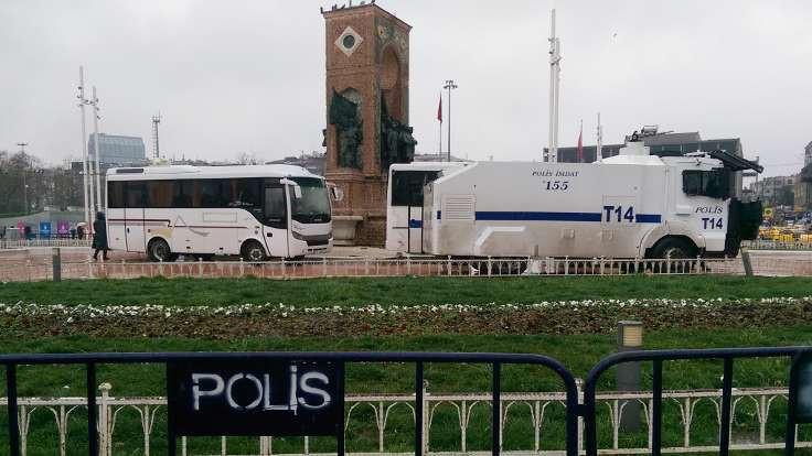 Polis, Taksim Anıtı'nın çevresini kapattı