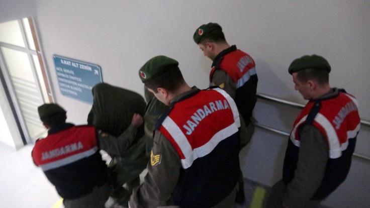 Yunan askerler için tutukluluğa devam kararı
