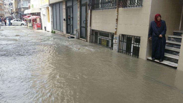 Fatih'te boru patladı, evleri su bastı