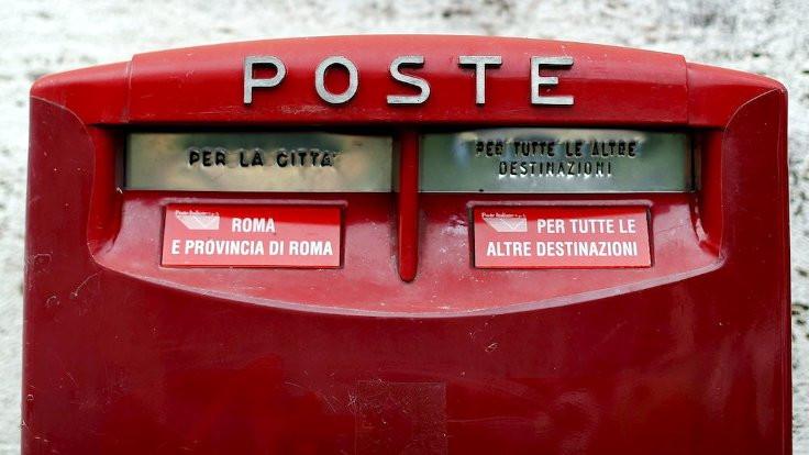 Maaşını az bulan postacı mektupları evine getirmiş