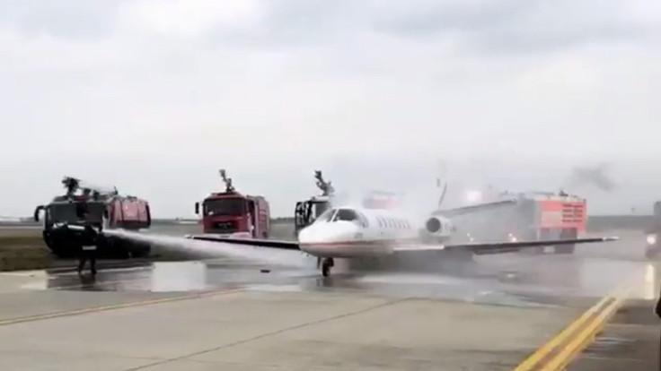 Kalkışa hazırlanan uçağın lastikleri patladı