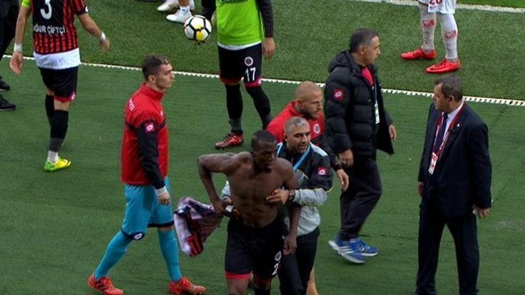 Futbolcular, takım arkadaşına saldırdı