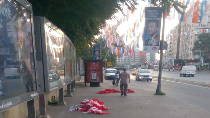 CHP bayraklarını indirdiler
