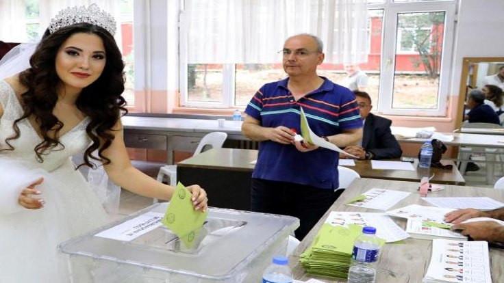 Damat İstanbul'da gelin Tekirdağ'da oy kullandı