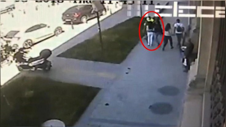 Yolda yürüyen kadına saldırı!