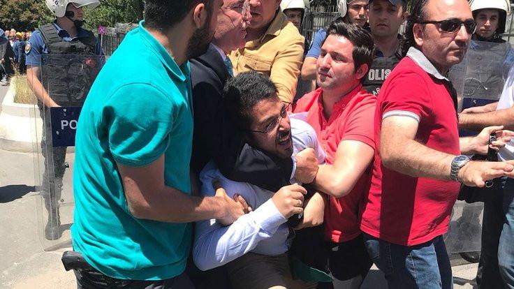 Polis 'adalet' isteyen Somalı ailelere gaz sıktı
