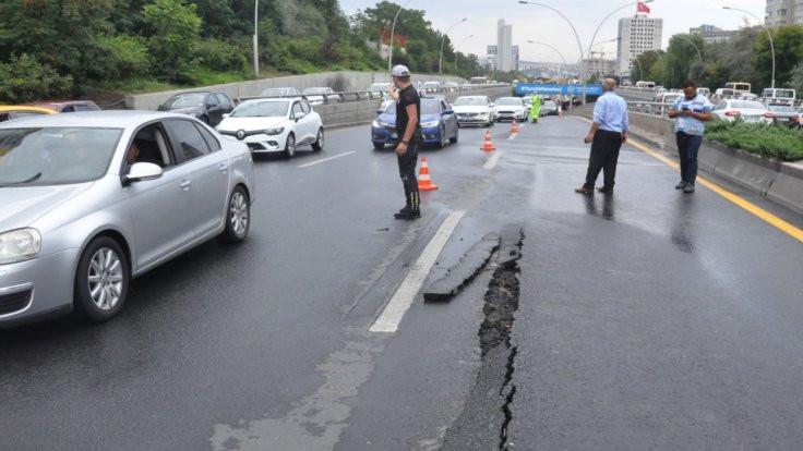 Ankara'da yağışın ardından yol çöktü