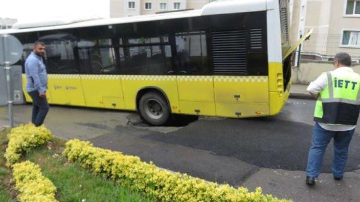 Yol çöktü, otobüsün tekeri çukura düştü