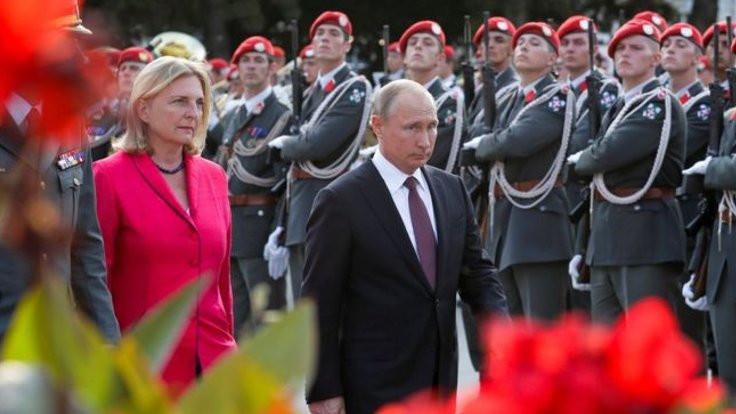 Putin'i düğününe davet eden bakana istifa çağrısı