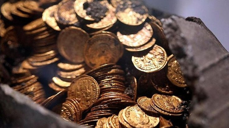 Amfi tiyatroda yüzlerce altın sikke bulundu