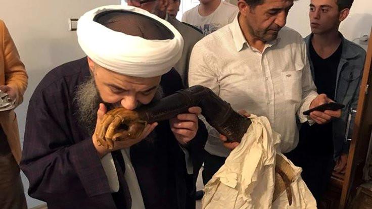 Cübbeli Ahmet, Menzil şeyhinin protez kolunu öptü