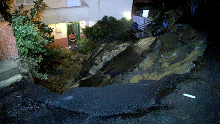 İstanbul Sarıyer'de yol çöktü