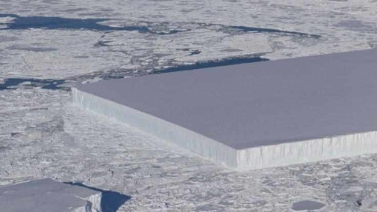 NASA'dan 'tablo gibi' buzdağı!