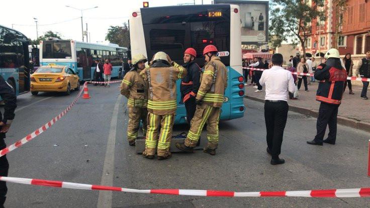Kadıköy'de yol çöktü, otobüs çukura girdi