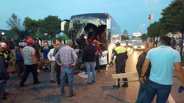 Yolcu otobüsü TIR'a çarptı: 1 ölü, 17 yaralı