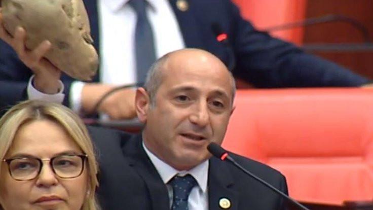 CHP milletvekili Öztunç Meclis'e pancarla gitti
