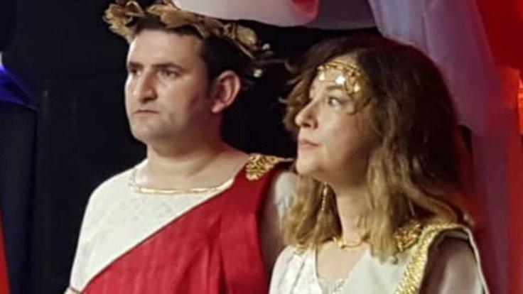 Büyükelçi Helen, katibi Zeus
