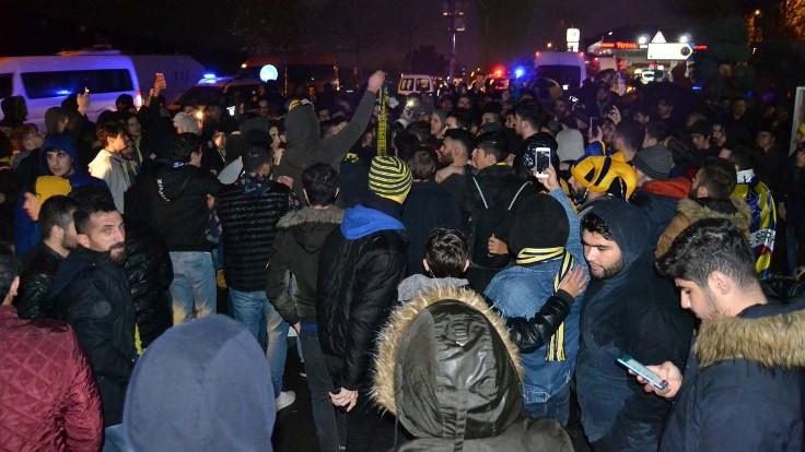Fenerbahçe taraftarları Ersun Yanal için toplandı