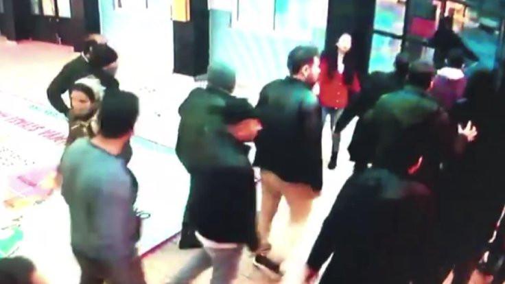 Öğretmeni dövmek için okul bastılar