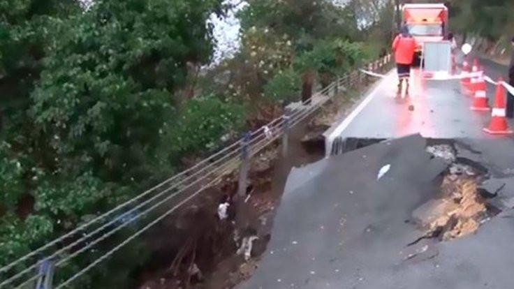 Sarıyer'de sağanak nedeniyle yol çöktü