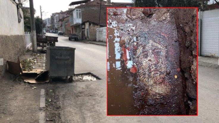 Tarihi mozaik çöp konteyneri altında kaldı!