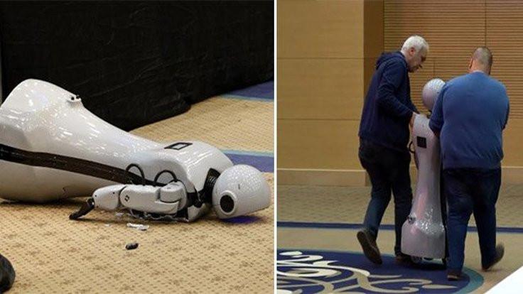 Yerli robot sahneden düşüp kırıldı!