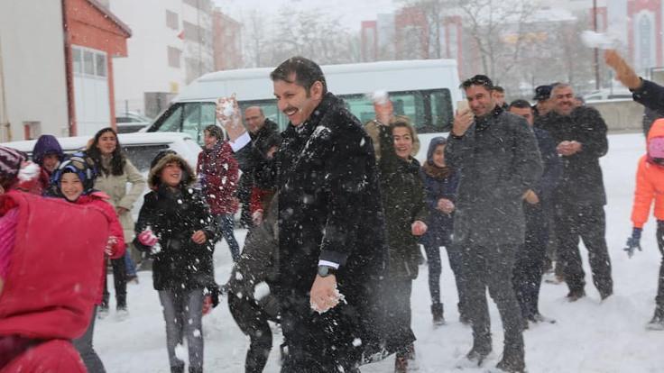 Sivas Valisi, öğrencilerle kar topu oynadı