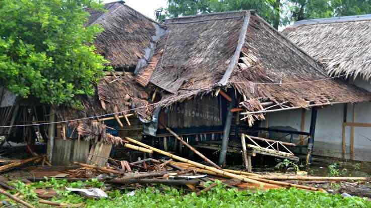 Tsunami yıktı geçti, en az 222 kişi öldü