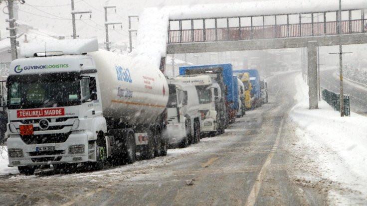 Bolu Dağı'nın Ankara yönü TIR'lara kapatıldı