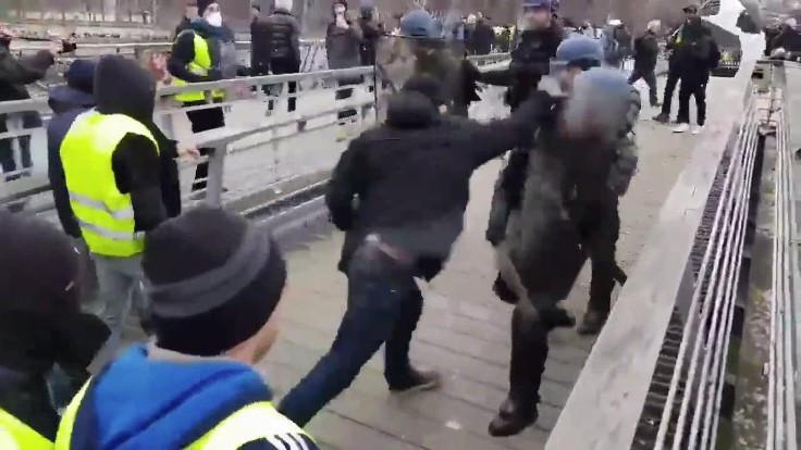 Polisleri yumruklayan eski boksör gözaltına alındı