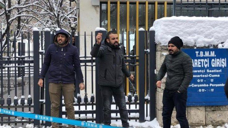 TOKİ işçileri kendilerini Meclis'e zincirledi