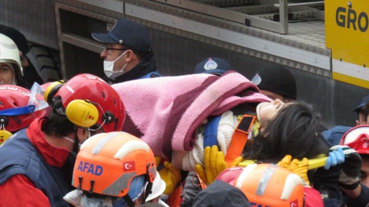 Çöken bina enkazından bir çocuk sağ çıkarıldı