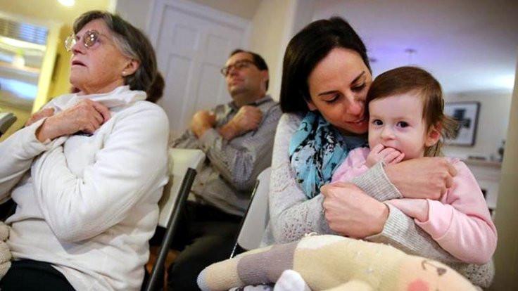 2 yaşındaki işitme engelli çocuk için komşuları işaret dili öğreniyor