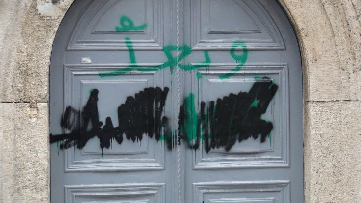 Kilise duvarlarına tehdit yazısı