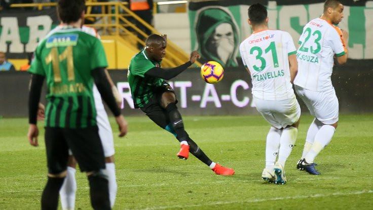 Akhisar geriye düştüğü maçı 3 golle kazandı