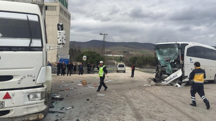 Yolcu otobüsü ile kamyon çarpıştı: 15 yaralı