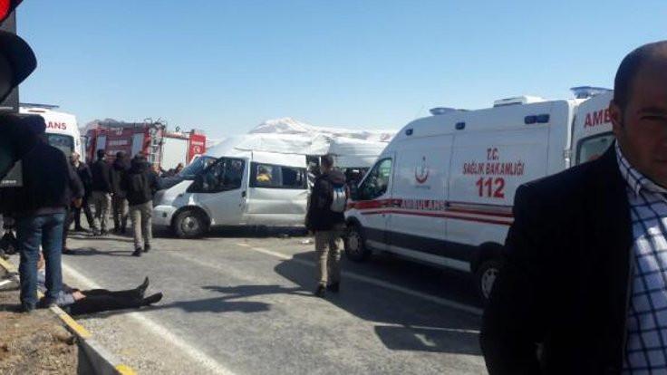 Mitinge giden polisler kaza yaptı