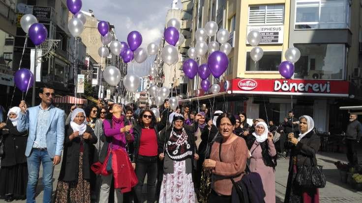 Kadınlar balon uçurdu