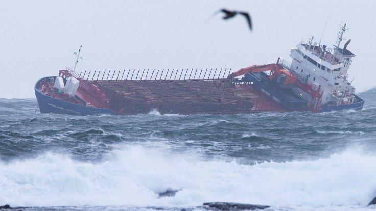 Yolcu gemisinde mahsur kalanlar kurtarılıyor