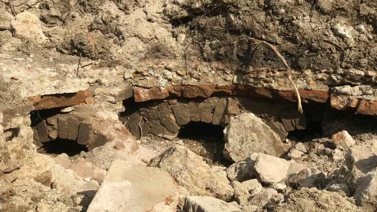 Kepçeyle tarla düzeltirken tarihi yapılar buldu