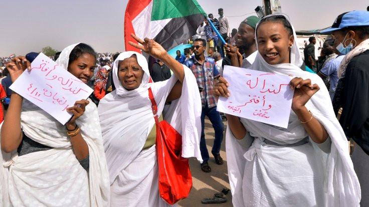 Sudan'da eylemciler orduya da meydan okuyor: 'Hırsızı devirip hırsız getirdiler!'