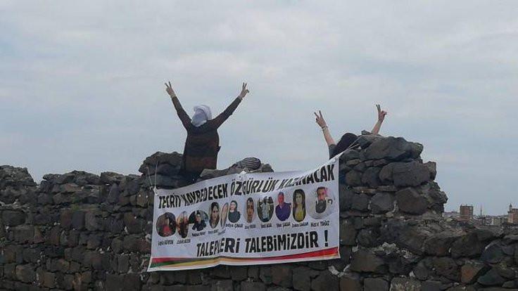 Kadınlardan surlara tecrit pankartı