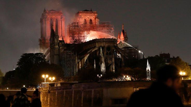 Fransız bakan: Notre Dame son 15 dakikada kurtarıldı, tamamen çökecekti