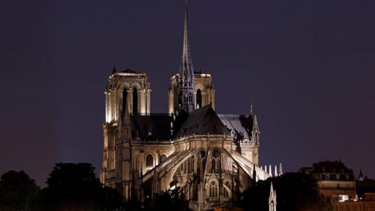 Yangından sonra Notre Dame... - Sayfa 1