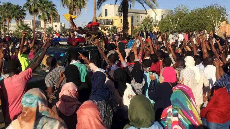 Beşir'e 'halk kuşatması': Sudan'da on binler sokakta