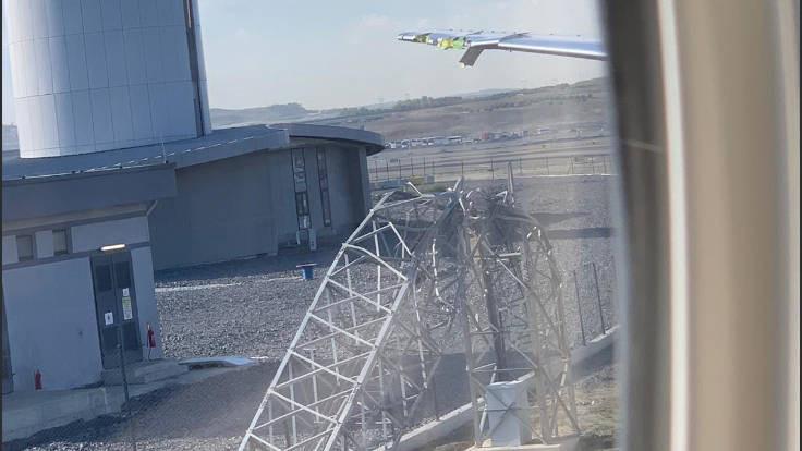 İstanbul Havalimanı'nda uçak direği parçaladı