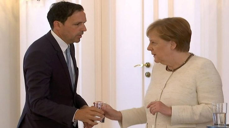 Almanlar sessizce soruyor: Merkel neden titriyor?
