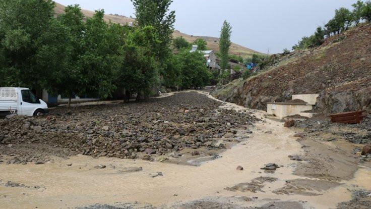 Pozantı'da sel: 3 mahallenin yolu ulaşıma kapandı
